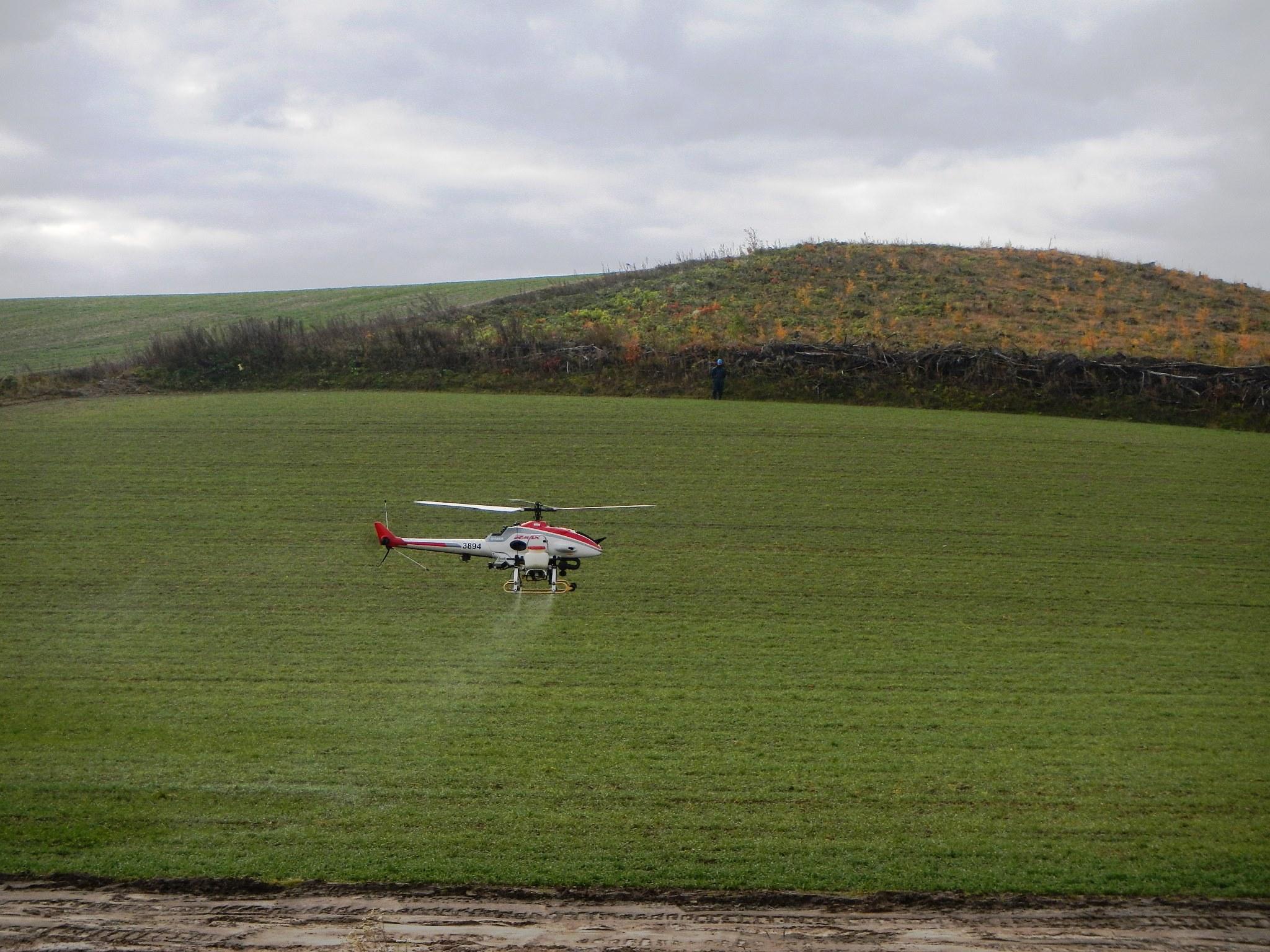 産業用無人ヘリコプター散布中