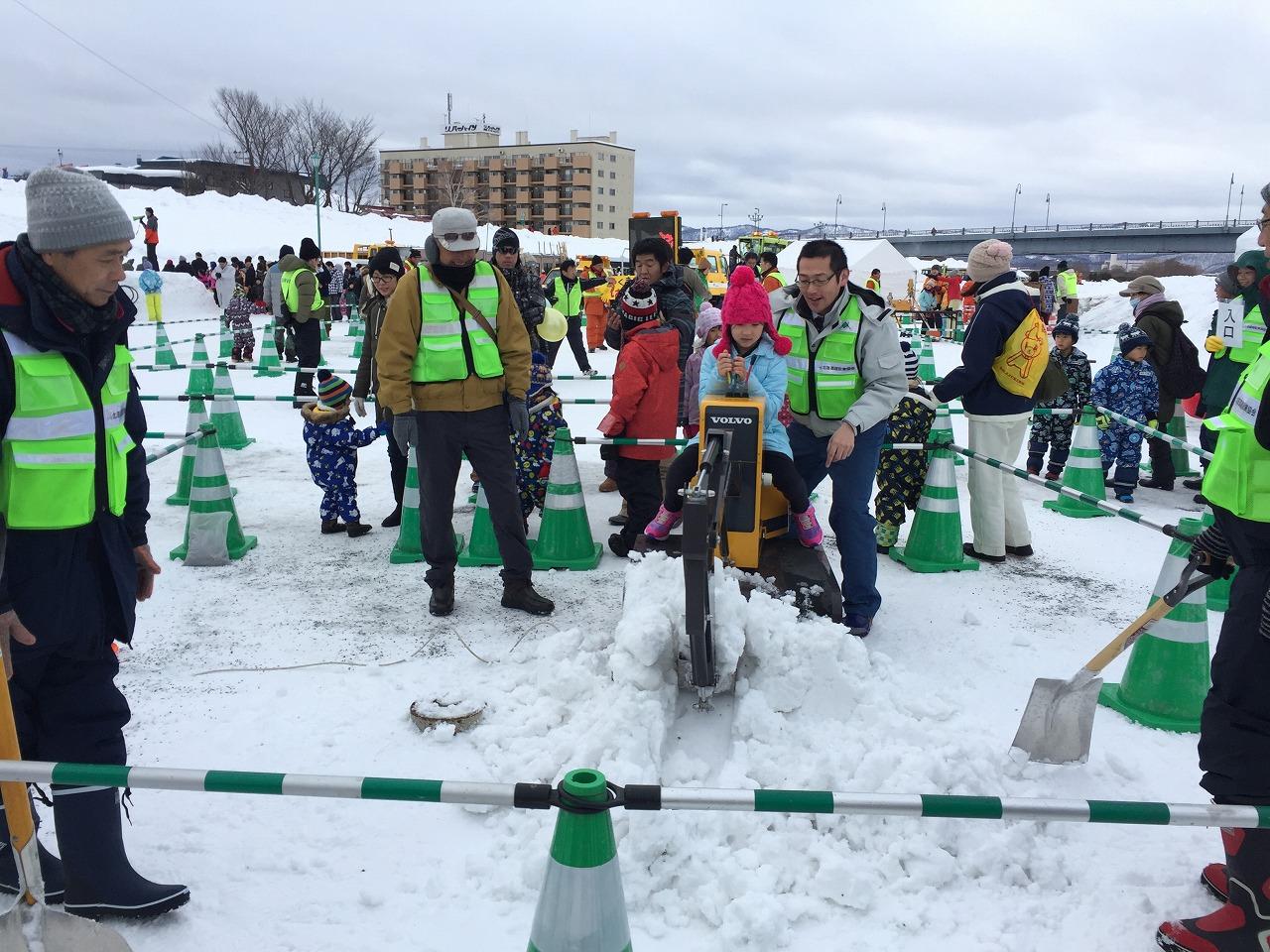 ミニショベルカーの雪掘り体験