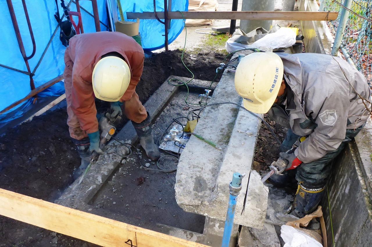足洗い場・コンクリートはつり状況